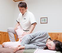腰痛の原因は、筋肉からくる骨盤のゆがみが100%関係しています。